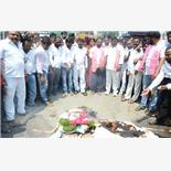Congress supporters burn party flags aft...