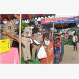 Andhra IPS officer cooks food for migran...
